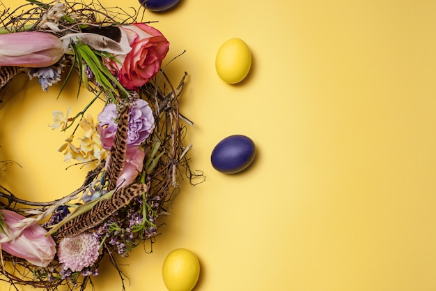 Kartka wielkanocna. malowane pisanki w gnieździe na żółty