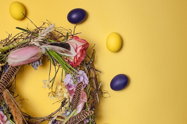 Kartka wielkanocna. malowane pisanki w gnieździe