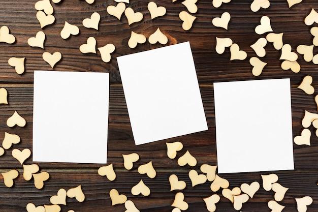 Kartka z pozdrowieniami z sercami na starym drewnianym tle. walentynki