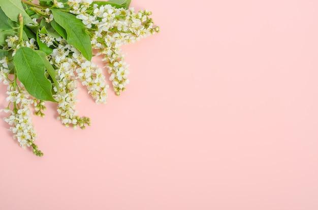 Kartka z życzeniami, delikatne kwiaty na różowo