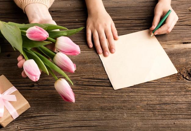 Kartkę z życzeniami i tulipany na dzień matki