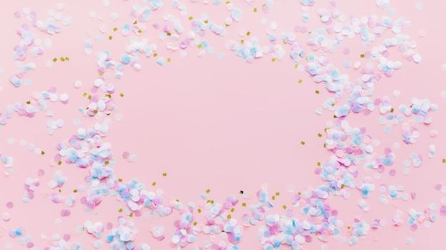 Kartkę z życzeniami lub zaproszenie na ślub lub urodziny z brokatem i konfetti na różowym tle. zdjęcie wysokiej jakości