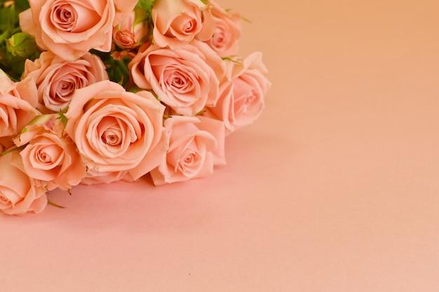 Kartkę z życzeniami na dzień kobiet. efektowny prosty design z żywymi kwiatami.