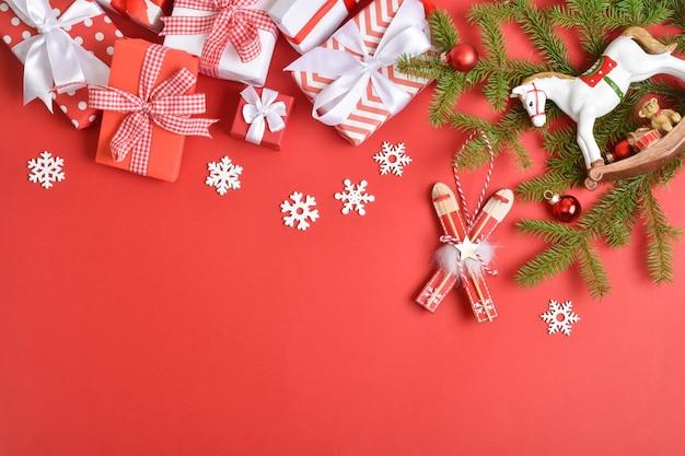Kartkę z życzeniami na nowy rok i boże narodzenie. świąteczny baner z prezentami i świątecznymi zabawkami.