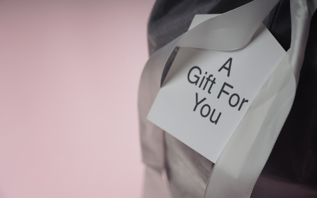 Kartkę z życzeniami na pudełko ze wstążką