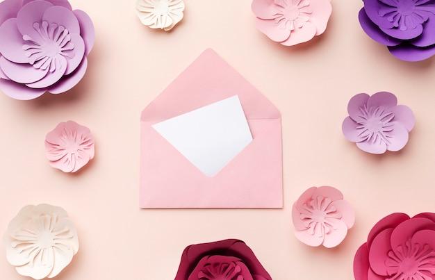 Kartkę z życzeniami na stole
