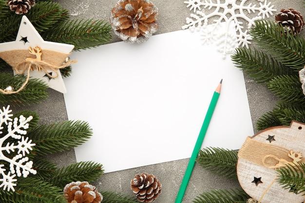 Kartkę z życzeniami na święta bożego narodzenia z dekoracją. kompozycja noworoczna. widok z góry
