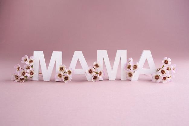 Kartkę z życzeniami na szczęśliwy dzień matki. sezonowy charakter tła. pojęcie piękna.