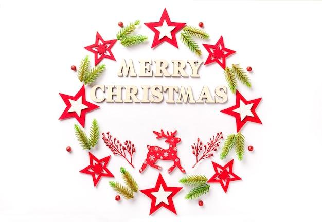 Kartkę z życzeniami noworocznymi na białym papierze z napisem wesołych świąt z drewnianych liter.