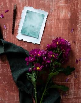 Kartkę z życzeniami obok bukiet kwiatów