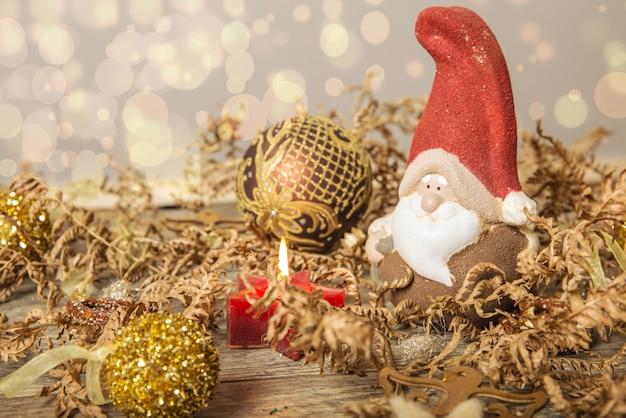 Kartkę z życzeniami świątecznymi. noel gnom tło. symbol bożego narodzenia.