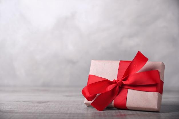 Kartkę z życzeniami walentynki lub nowy rok z prezentami na drewniane tła. z miejscem na pozdrowienia tekstowe