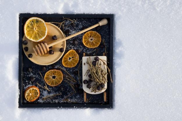 Kartkę z życzeniami wesołych świąt i nowego roku z suchej pomarańczy
