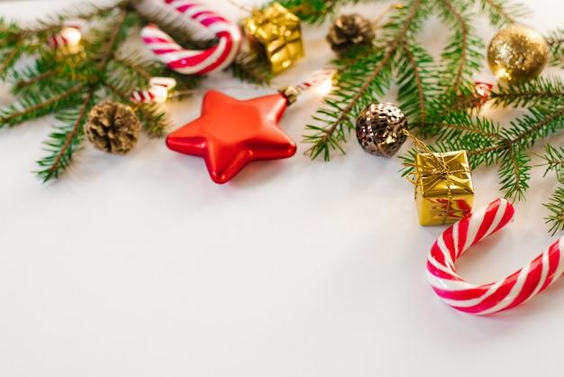 Kartkę z życzeniami wesołych świąt i wesołych świąt, ramki. nowy rok. ozdoby i zabawki świąteczne, cukierki miętowe i lampki. zimowe wakacje. leżał płasko. kartka z życzeniami