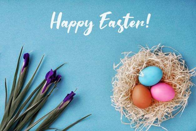 Kartkę z życzeniami wesołych świąt. kolorowe jajka i gniazdo, irys. dobra koncepcja