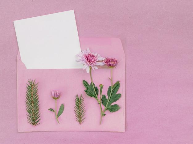 Kartkę z życzeniami z bukietem różowych zryzantem w kopercie