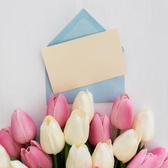 Kartkę z życzeniami z bukietem tulipanów