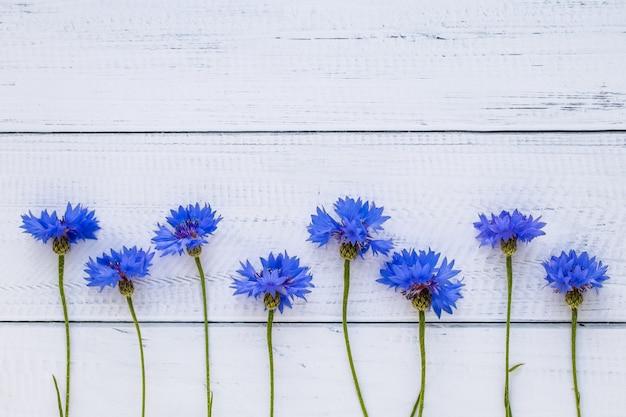 Kartkę z życzeniami z chabry na drewnianej desce, rama kwiatowy