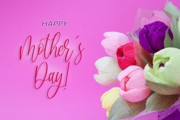 Kartkę z życzeniami z kolorowym bukietem tulipanów z papieru i napisem happy mothers day