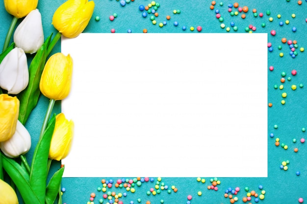Kartkę z życzeniami z kwiatami i sercem. tło z miejsca na kopię. selektywne ustawianie ostrości. widok z góry.