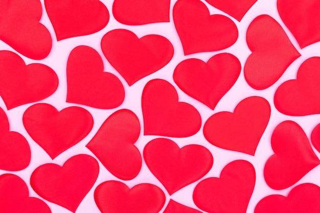 Kartki okolicznościowe na różowym tle, kartka ozdobiona wzorem czerwonych serc, walentynki