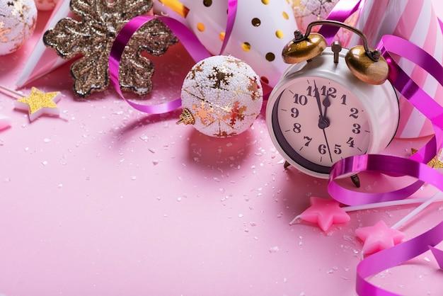 Kartki świąteczne z dekoracją świąteczną w różowym tle