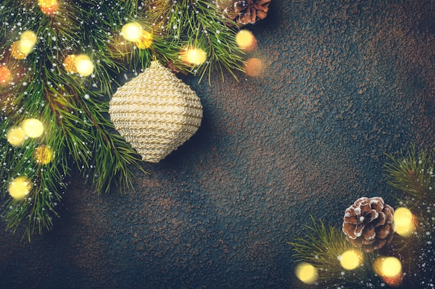 Kartki świąteczne z naturalnymi gałęziami jodły i zabawkami.