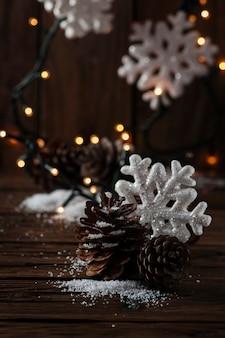 Kartki świąteczne ze śniegiem i kulkami, selektywna ostrość
