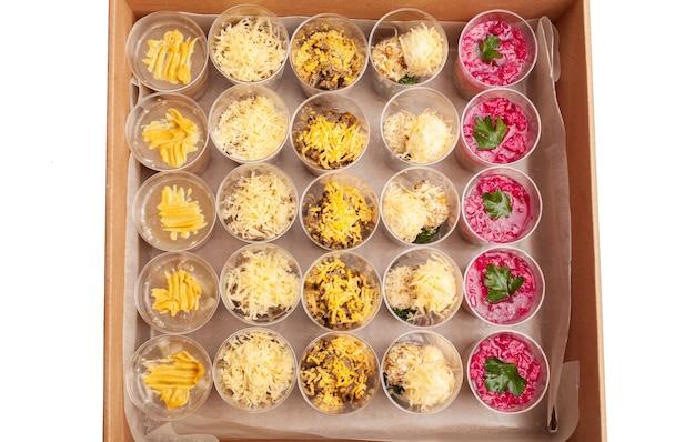 Karton. catering, lunch box, pyszne jedzenie z dostawą do domu na święta i imprezy. obiad.