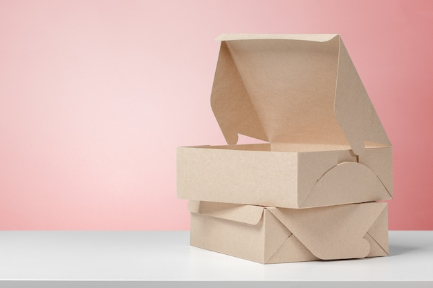 Karton na białym biurku