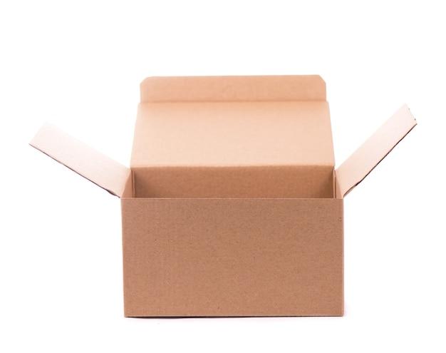 Karton na białym tle na białej powierzchni