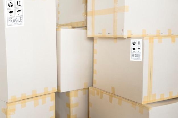 Karton pudło wysyłka w wytwórcy, fabryczny tło