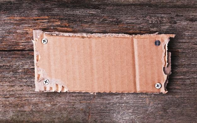 Karton rama na drewnianej teksturze