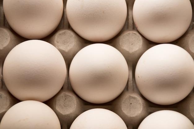 Karton surowych jajek