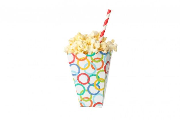 Karton z popcornem i słomą na białym tle