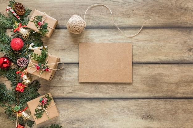 Kartonik w pobliżu gałązki jodły udekorował świąteczne zabawki