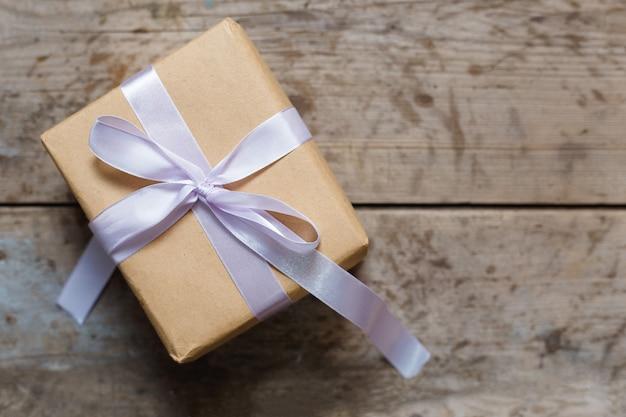 Kartonowa dekoracja na boże narodzenie. świąteczne pudełko z rustykalnym brązem.