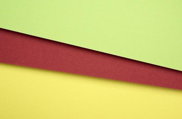 Kartonowe arkusze z kolorowego zielonego, czerwonego i żółtego papieru
