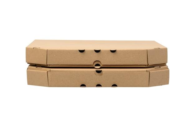 Kartonowe brązowe pudełko kwadratowe na białym tle, z bliska