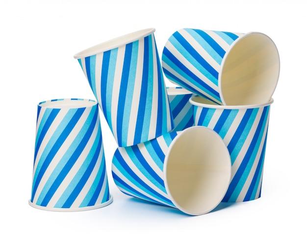 Kartonowe filiżanki dekorować z niebieska linia wzorem odizolowywającym na białym tle