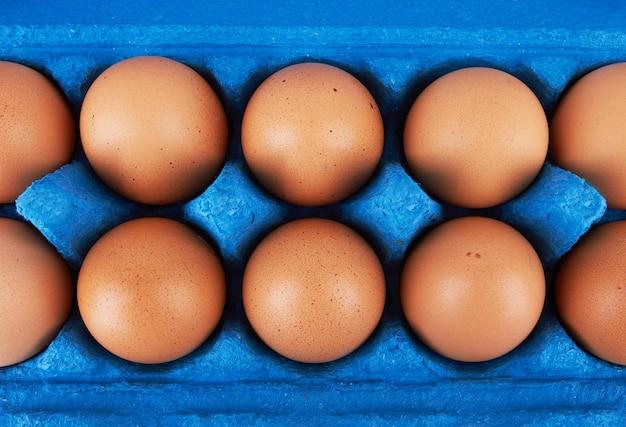 Kartonowe pudełko na jajka z jajkami