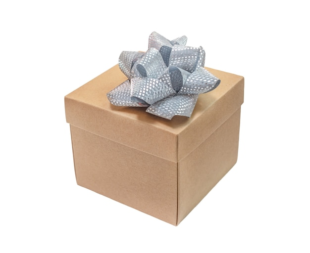 Kartonowe pudełko ze srebrną kokardką na białym tle