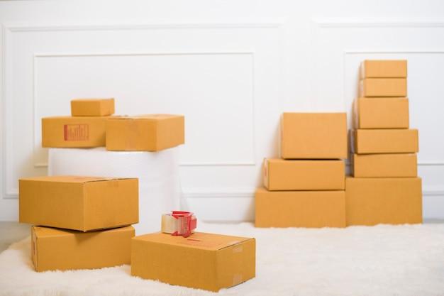 Kartony w domu do wysyłki