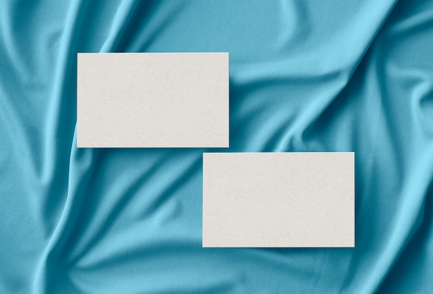 Karty biznesowe na powierzchni tkaniny