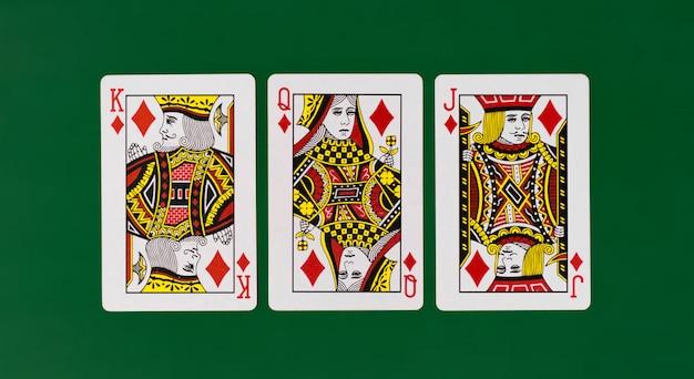 Karty do gry król królowa walet z czystym zielonym tle kasyno poker
