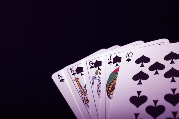 Karty do gry na czarnym tle
