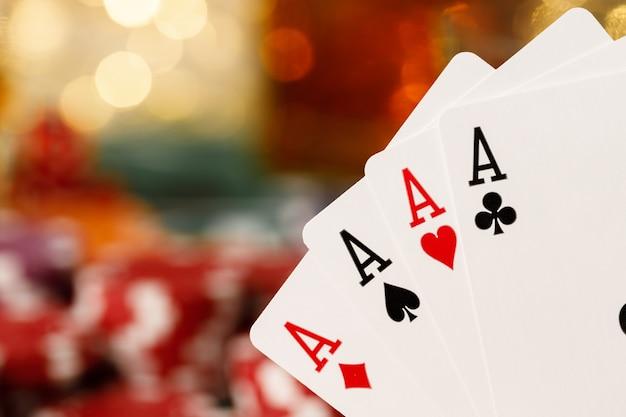 Karty do gry na powierzchni stołu pokera z bliska