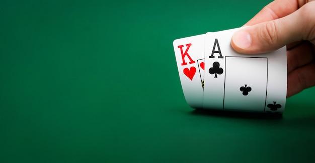 Karty do gry na zielonym stole w kasynie