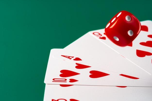 Karty do gry z czerwonymi kostkami. koncepcja kasyna i hazardu