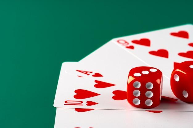 Karty do gry z czerwonymi kostkami